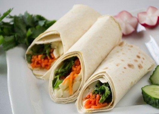 На край лаваша выкладываем сулугуни, корейскую морковку и зелень. Завернуть лаваш трубочкой, затем разрезать пополам.