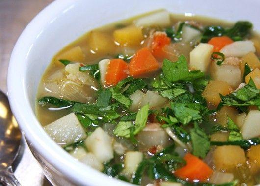 Кастрюлю с противопригарным дном, в которой будете варить суп, поставьте на плиту. Влейте растительное масло и нагрейте. Добавьте нарезанные лук, чеснок, морковь и сельдерей. Посолите. Перемешайте и обжаривайте в течение 8-10 минут на среднем огне. Влейте бульон. Отлично если у вас есть готовый бульон. Если нет - используйте воду и бульонный кубик. Доведите до кипения. В кипящий бульон добавьте цуккини и болгарский перец. Варите в течение 8-10 минут. Овощи должны быть мягкими. Затем добавьте помидоры и свежий горошек. Варите еще 10 минут. В конце варки поперчите и добавьте петрушку.