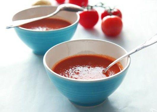 Берем глубокую кастрюлю, наливаем в нее оливковое масло, обжариваем в нем нарезанные лук и чеснок. Добавляем нарезанные томаты, стакан горячей кипяченой воды и специи и тушим на среднем огне, постоянно помешивая. Доводим до кипения, варим еще 10 минут и снимаем с огня. Не давая супу остыть, измельчаем его до однородности при помощи блендера. Добавляем в суп мелко порубленную петрушку - и сразу же, горячим, подаем к столу.