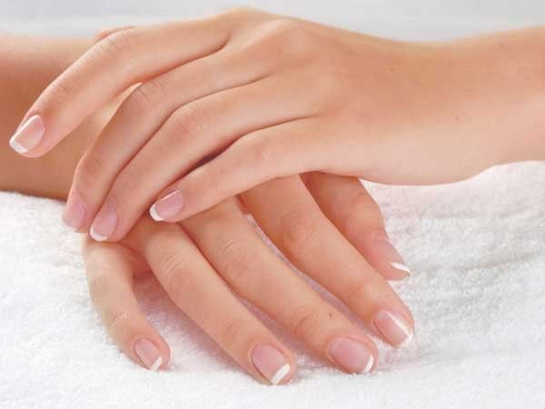 Чтобы ногти не расслаивались, необходимо наносить на ногти йод кисточкой тоненьким слоем. Проделать это перед сном, чтобы за ночь йод впитался. Не бойтесь, если ногти поначалу станут желтыми, утром обычный цвет вернется, а ногти станут более крепкими.