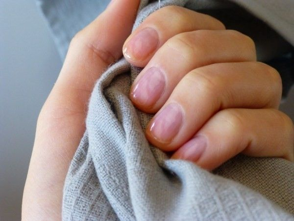 Еще одно средство для укрепления ногтей из лимона и соли. Столовая ложка отжатого лимонного сока смешивается с несколькими щепотками соли. Наносить средство на ногти при помощи кисточки. После 15 минут укрепления смыть водой.