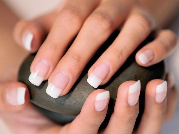Улучшить кровообращение поможет массаж рук с витаминным комплексом (А и Е). Массировать кожу и ногти этими витаминами, которые можно приобрести в аптеке.