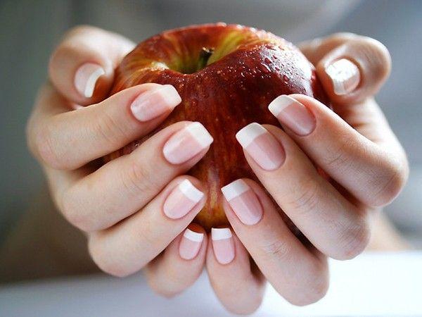 Ухаживаем за ногтями и руками с помощью масок из ягод: смородина, брусника или клюква. Ягодой натрите ноготь и кожу на руках, оставьте на 10-15 минут, смойте водой.