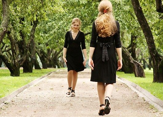 В заключение хотелось бы сказать, что зачастую некрасивая неправильная походка, сутулость развиваются от неуверенности в себе. Женщина должна знать, что каждая прекрасна и неповторима, а научиться правильно ходить — дело техники и желания.