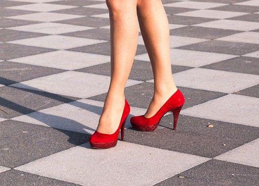 Носите удобную обувь. Старайтесь избегать плоской подошвы, отдавайте предпочтение каблучку 4-5 см.