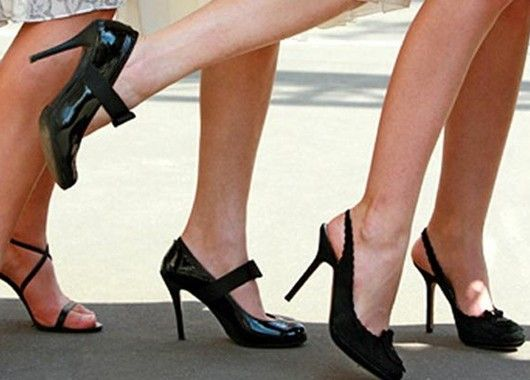 Красивая походка во многом зависит и от того, как стопа располагается при движении. Идеальный вариант постановки стопы при ходьбе – это расположение пятки и пальцев на одной прямой. Выработать его можно, если, как в детстве, ходить по прямым линиям.