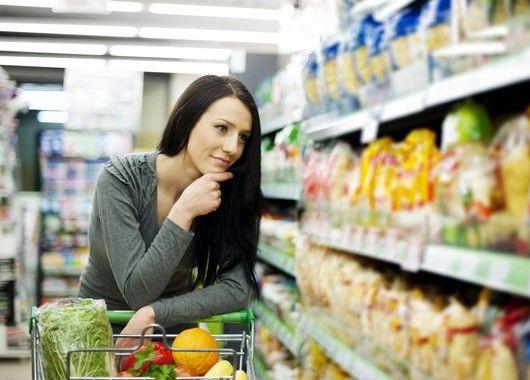 Перекусите перед магазином. Психологи не советуют ходить в супермаркет на пустой желудок, поскольку чувство голода будет лишь подталкивать к дополнительным ненужным тратам.