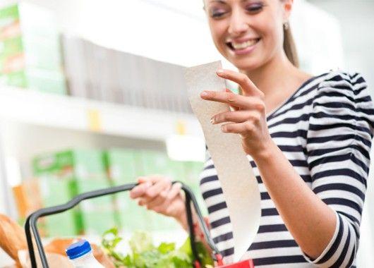Ходите в магазин со списком. Иначе в вашей корзине рискует оказаться масса ненужных мелочей. Однако не стоит отказывать себе в удовольствии купить приглянувшийся фрукт или что-то с хорошей скидкой — возьмите с собой про запас небольшую сумму, чтобы выгодно инвестировать ее.
