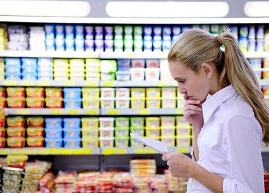 Экономьте на основах. Хлеб, вода и молоко. Вместо покупки бутилированной воды, ее выгоднее фильтровать самим или кипятить и отстаивать. А молочную продукцию экономнее покупать в мягких пачках.