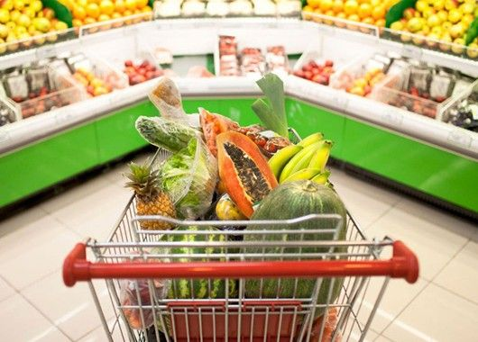 Не поленитесь рассматривать товары с нижних полок — именно там затаились продукты с небольшими наценками менее популярных брендов, которые в магазинах стараются располагать на уровне глаз.