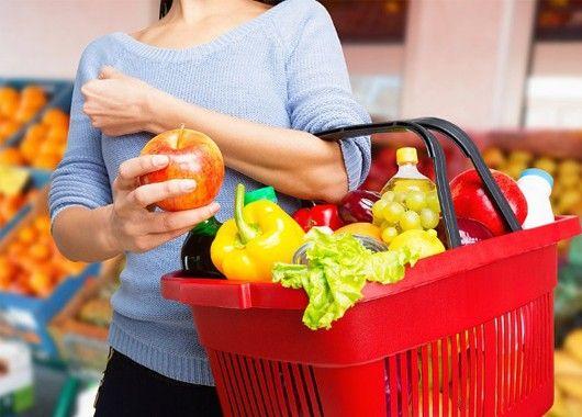 Выбирайте по сезону. Зимой это морковь, свекла, ароматный корень сельдерея, капуста, тыква и яблоки. В результате из них можно приготовить питательный и дешевый обед, когда как за экзотику придется платить больше.