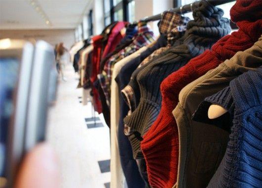 Вопреки сложившимся стереотипам, в секонд-хендах нередко продаются неношеные и качественные вещи. Если вас не смущает участие в «раскопках» самой разнообразной одежды, у вас есть шанс найти что-то действительно стоящее и совсем недорогое.