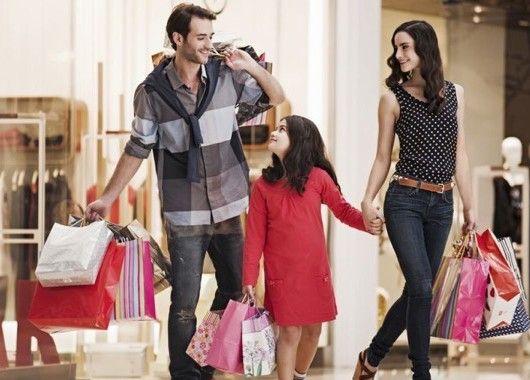Ненужную одежду можно продавать — благо, специализированных сайтов достаточно. Как понять, что эта вещь вам действительно не нужна? Хотя бы раз в год устраивайте ревизию гардероба: если вы ни разу не надели этот чудесный свитер за 365 дней, то вряд ли когда-нибудь наденете.