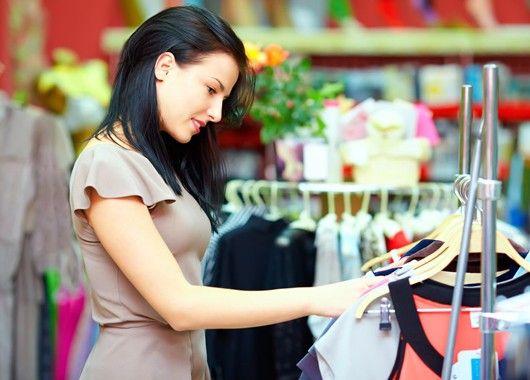 Самый простой способ сэкономить на одежде — это дождаться распродажи. Но у этой медали есть обратная сторона в виде соблазна накупить как можно больше уценённых вещей, поэтому ни на минуту не забывайте, за чем именно вы пришли в магазин.