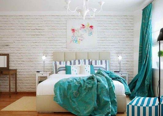Интерьер спальни с кирпичной стеной