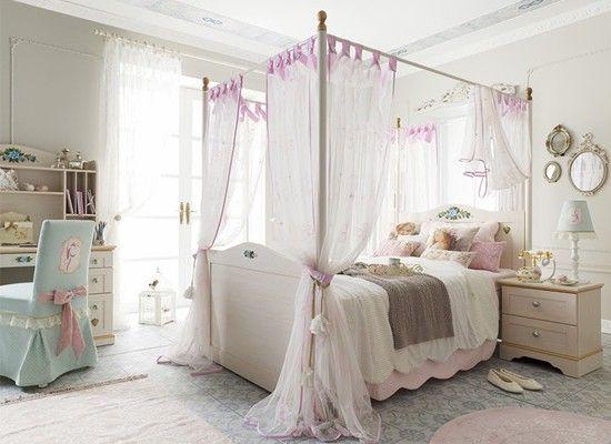 Интерьер спальни с балдахином