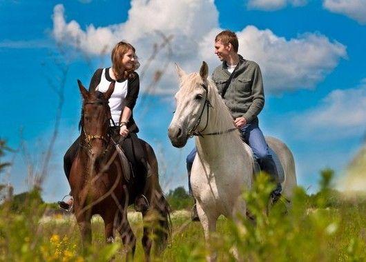 Отыщите в своем или соседнем городе такую услугу, как прогулки верхом на лошадях. Это отличный отдых! Даже если вы никогда раньше не видели лошадок вблизи, вы сможете взять пару уроков у тренера, после чего просто влюбитесь в этих умных и дружелюбных животных. А какие фото на память получатся!