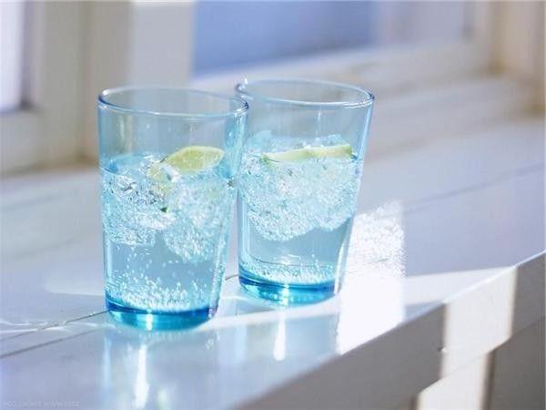 Стакан воды, выпитый за полчаса до еды, приводит к тому, что мы употребляем на 75 калорий меньше. Это небольшая цифра, но допуская, что мы будем пить воду перед тремя приёмами пищи, за год эта цифра составит 78 тысяч калорий! С точки зрения веса — это 8-10 килограмм.