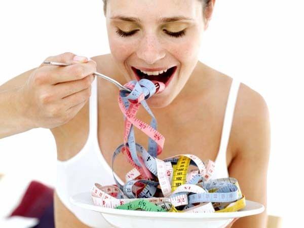 Если мы ужинаем до 18.00, а спать идём около полуночи, то трудно выдержать без ещё одного приёма пищи. Это провоцирует опорожнения холодильника ночью. Метаболизм имеет медленную скорость, поскольку перерыв между приёмами пищи достаточно долог. Если вы от голода нарушите правила, съеденное вами отложиться вдвойне! Поэтому стоит перекусить за 2-3 часа до сна что-то легкое.