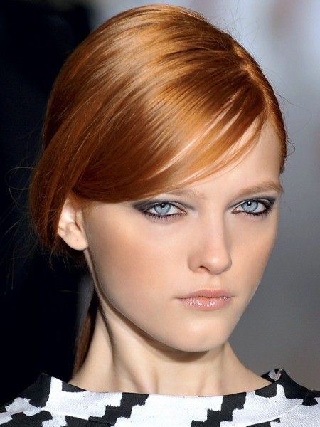 Более миниатюрным лицо сделает косая челка — она визуально сузит лоб и мягкие локоны, они создадут дополнительный объем и сделают лицо более вытянутым.