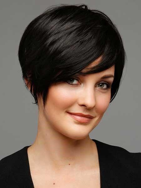 Если у вас круглое лицо и вы предпочитаете короткие стрижки, выбирайте многослойную, когда челка выстригается слоями и укладывается обязательно на бок.