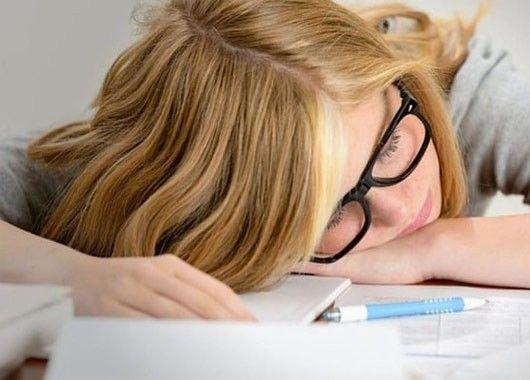 На лице отражаются все тревоги дня и усталость, поэтому необходимо дать мышцам расслабление. Сделайте для лица и шеи питательную маску: можно взять для этого ваши привычные косметические средства либо измельчить на терке огурец или сырой картофель и нанести их на предварительно распаренное лицо.  Внимание: для положительного эффекта и снятия усталости необходимо делать маску лежа, а в спальне приоткрыть форточку, чтобы спокойно подышать свежим воздухом.