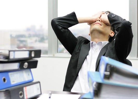 Чтобы снять усталость с глаз – поморгайте. Чаще всего от перенапряжения пересыхают глазные яблоки и чтобы снять возникшее напряжение, помогает данный способ. Также сделайте зарядку глазами: посмотрите в близь, а потом вдаль и так несколько раз. Сделайте еще одну небольшую разминку: посмотрите влево, вправо, вверх и вниз – несколько повторов, затем мысленно глазами нарисуйте 8-ку, также несколько раз. В конце просто немного посидите с закрытыми глазами.