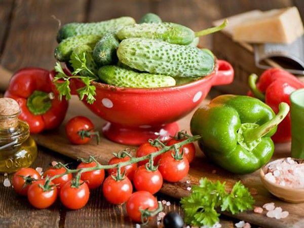 Перед тем, как солить огурчики, обдайте их кипятком. Тогда даже солеными они сохранят свой яркий зеленый цвет.