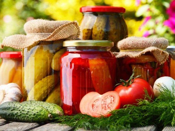 Овощные салаты для заготовки на зиму лучше всего готовить в широких и невысоких эмалированных кастрюлях (или мисках). В них овощная масса прогревается равномернее.