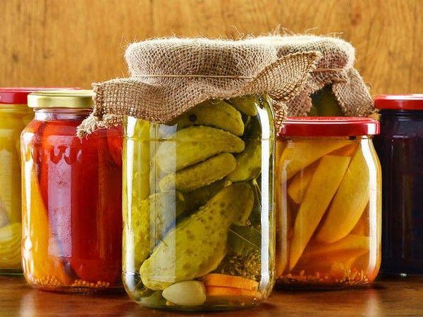 Замариновать на зиму можно не только огурцы, помидоры и кабачки, но и груши, яблоки, сливы, барбарис, смородину, абрикосы, персики, крыжовник, грибы, цветную капусту, чеснок, лук, фасоль и щавель.