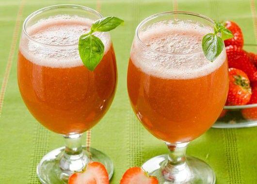 Вымытую клубнику протереть через сито, добавить охлажденный сироп, приготовленный из сахара, воды и вина, и охладить.