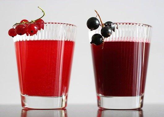 Ягоды черной смородины размять, тщательно растереть с сахарным песком, залить холодной кипяченой водой и перемешать. Затем напиток процедить сквозь частое сито и перелить в высокие бокалы.      Положить кубики пищевого льда и подать с соломинкой.
