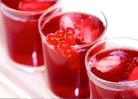 Высокий бокал на 1/3 наполнить мелкотолченым пищевым льдом, сверху положить консервированные фрукты. Затем добавить сливовый и лимонный соки. Во фруктовый сок положить по вкусу сахар, размешать и вылить в бокал. Край бокала украсить сахарным инеем. Напиток не перемешивать!
