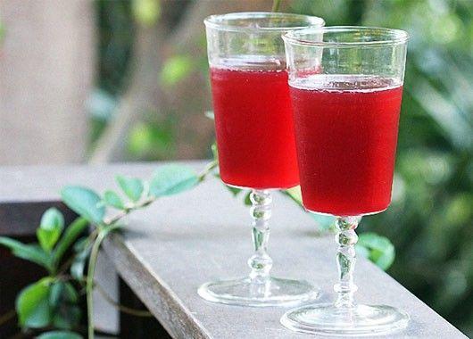 Красную смородину размять деревянным пестиком в эмалированной посуде, в полученное пюре добавить холодную кипяченую воду и отжать сок.  Мезгу залить горячей водой и прокипятить 4—6 мин, процедить, всыпать сахар, довести до кипения, влить сок и ликер.