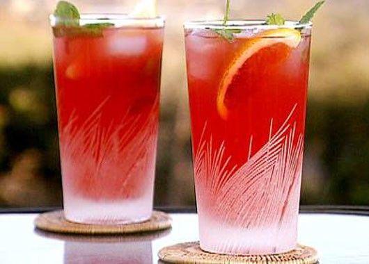 В небольшую кастрюльку налейте воду, добавьте сахар и доведите до кипения. Хорошенько перемешайте, чтобы сахар полностью растворился, снимите с огня и охладите. Выдавите сок из двух лимонов, вылейте сок в сладкую воду. Землянику измельчите при помощи блендера в пюре. Добавьте ягодное пюре в воду, перемешайте. Разлейте по стаканам и подавайте со льдом.