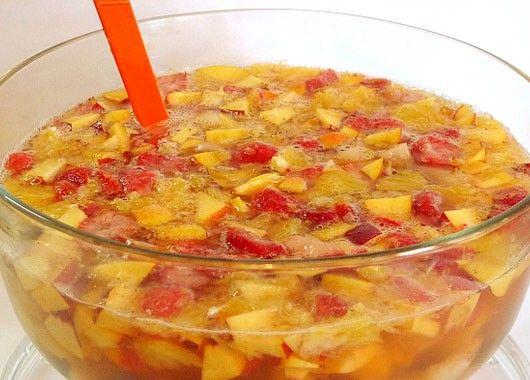 Ягоды положить в крюшонницу, засыпать сахаром и дать им постоять 5-10 минут. Затем добавить лимонный и черносмородиновый сок, минеральную воду и быстро перемешать. Разливая в бокалы положить в каждый из них по несколько консервированных ягод.