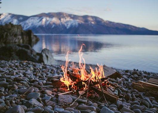 Любой дым отпугивает комаров. Если вы отдыхаете на природе, держитесь ближе к костру или мангалу. Лучше всего справляется с гнусом табачный дым.