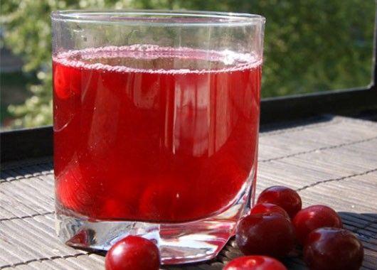 Из вишни удалить косточки, пропустить ее через мясорубку и растереть с сахаром. Затем развести ее холодной кипяченой водой, разлить напиток в высокие бокалы и добавить пищевой лед.