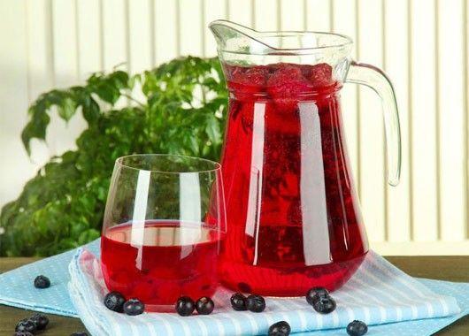 Любые свежие ягоды промыть и отжать сок.  Выжимки залить горячей водой, проварить при слабом кипении 5—8 мин и дать настояться в течение 25—30 мин.  Отвар процедить, мезгу отжать, добавить в отвар сахар и размешать его до полного растворения.  Затем влить сок, еще раз процедить и охладить.