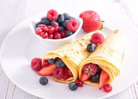 Десерты из свежих ягод с блинами? Почему бы и нет. В качестве основы для них пожарим 8–10 тонких блинов на молоке. При желании в тесто можно добавить немного какао-порошка. Для начинки берем любые ягоды: малину, ежевику, смородину или клубнику. Выкладываем ягодную начинку на блин, разравниваем, сворачиваем рулет, при желании разрезаем его на одинаковые роллы.