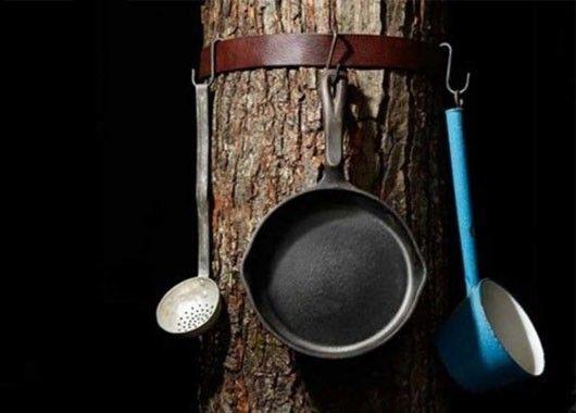 Все, что можно повесить, удобно прицепить на ремень, закрепленный вокруг ствола дерева.