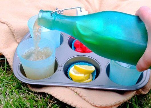 На природе стаканы норовят потеряться или опрокинуться. Хорошим решением будет подставка-поднос из формы для маффинов.