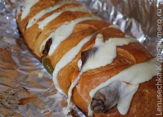 Заверните хлеб с сыром в фольгу и обжарьте на костре.