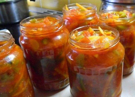 Грузинский салат. 3 кг огурцов, 2 кг помидоров, 1 кг сладкого перца, 200 г чеснока, 3 ст.л. соли, 0,5 ст. сахара, 1 ст. масла. Болгарский перец и помидоры порезать мелко. Добавить соль и сахар. Поставить на огонь и варить 20 минут. Порезать огурцы на полудольки. Чеснок мелко порезать. Через 20 минут в казан добавить огурцы, довести до кипения и поварить 5 минут. Добавить подсолнечное масло и чеснок. Горячим разложить по банкам, в каждую добавить по 1 ч.л. уксуса. Закатать крышками и завернуть в шубу до полного остывания.