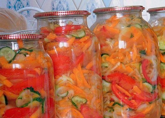 Дары осени. По 1.5 кг  помидоров и огурцов, по 1 кг лука, моркови, перца. 7 ч.л. соли, 20 ч.л. сахара, 10 ст.л. уксуса, 20 ст.л. масла. Овощи нарезать. Смешиваем все овощи, добавляем соль, сахар, уксус и подсолнечное масло. Хорошо перемешиваем и оставляем минимум на 30 минут для того, чтобы овощи пустили сок. Итак, перемешиваем еще раз салат, раскладываем по банкам и разливаем образовавшийся сок. Стерилизуем салат. Закатываем, переворачиваем и укутываем до полного остывания.