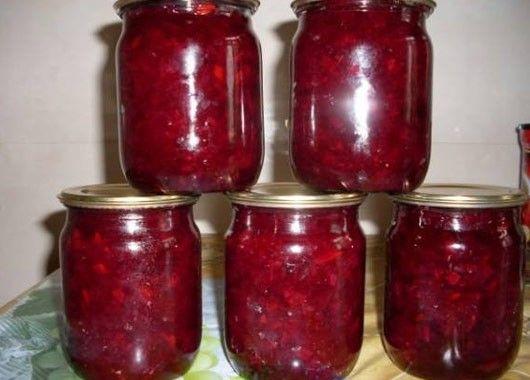 Салат кабачково-свекольный. По 2 кг кабачков и свеклы, 1.5 кг лука, 2 ст. сахара, 2 ст. масла, 1.5 ст. уксуса, 2 ст.л. соли. Кабачки и свеклу натереть, лук нарезать. В eмкость налить 2 стакана растительного масла, когда закипит – добавить лук и тушить 15 минут.  Затем добавить 2 стакана сахара, 2 столовые ложки соли, 1, 5 стакана уксуса, а также кабачки и свеклу. Тушить минут 15 -20.