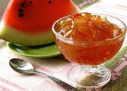 Для варенья понадобится:1-2 кг яблок; 1-2 кг арбуза; 400 гр сахара. Яблоки тщательно моем в проточной воде, чистим, нарезаем небольшими дольками или кубиками и закладываем в мультиварку. Из арбуза удаляем семечки и нарезаем его небольшими кусочками, примерно как и яблоки, и закладываем в мультиварку к фруктам. Засыпаем нарезанные арбуз и яблоки сахарным песком, хорошенечко размешиваем и ставим режим Тушение на 80 минут. По истечении этого времени раскладываем варенье из яблок и арбуза в стерилизованные банки, закрываем крышками.