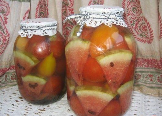 Помидоры -1.5кг, арбуз ( очищенный от корочки ) – несколько долек, 5-7 зубков – чеснока, 3-5 веточек – сельдерея, 1 ст. ложка ( с горкой) – соли, 2.5 ст. ложки - сахара, 1 десертная ложка - уксусной эссенции (или 1 ч.ложка – лимонной кислоты). В 3-х литровую банку положить на дно несколько зубков чеснока, веточки сельдерея, затем слоями помидоры и нарезанный крупными кусками арбуз. Сверху сельдерей и чеснок. Залить два раза по 10мин кипятком, третий раз на слитой воде сделать маринад: добавить соль, сахар, уксусную эссенцию, залить помидоры, закатать и укутать.