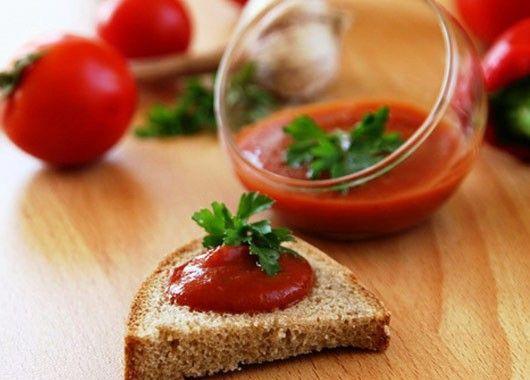 5 кг помидоров, 1 стакан измельчённого лука, 150-200 г сахара, 30 г соли, 1 стакан 9% уксуса, 1 ч.л. чёрного перца горошком, 1 ч.л. гвоздики, кусочек корицы, ½ ч.л. молотых семян сельдерея. Томаты нарезать, смешать с нарезанным луком, протушить немного под крышкой на слабом огне, протереть сквозь сито. Вылить в кастрюлю, поставить на огонь. Сложить пряности в мешочек из марли и опустить в кипящую томатную массу. Уварить примерно на треть. Добавить соль, сахар, проварить ещё 5-7 минут, вынуть мешочек с пряностями, разлить по стерилизованным бутылкам или банкам, укупорить.