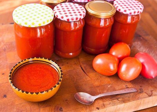 Помидоры - 1 кг, чеснок - 500 г, соль - 0,5 ст. ложки (по вкусу), пряности (перец, зелень, острый перец) по вкусу.  Как приготовить кетчуп на скорую руку:  Помидоры вымыть, разрезать на части, вырезать зеленый стержень. Фото приготовления рецепта: Кетчуп на скорую руку - шаг №3 Очистить чеснок. Фото приготовления рецепта: Кетчуп на скорую руку - шаг №4 Пропустить чеснок и помидоры через мясорубку. Фото приготовления рецепта: Кетчуп на скорую руку - шаг №5 Добавить соль и пряности. Все хорошо перемешать. Закатать.
